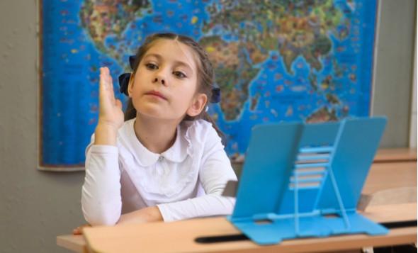 «Сталинские учебники – золотой стандарт»: репортаж из екатеринбургской школы, где учат как в СССР